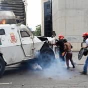 tanqueta atropella opositores en Venezuela
