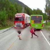 Colectivo-Camión-Ruta-Freno-Atropello-Noruega-Høyanger-Nene-Educación-Vial-Tránsito