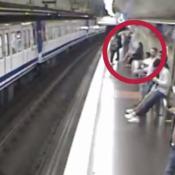 celular vias tren metro madrid pasajera cayo