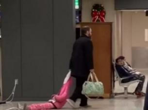 Hombre arrastrando a su hija